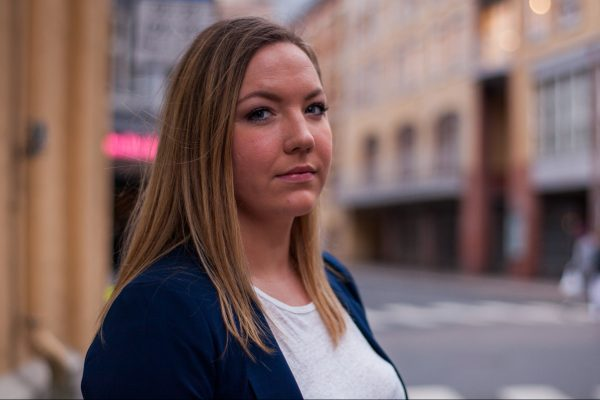 Styreleder Camilla Lyngen står på gaten og ser alvorlig ut. Foto.