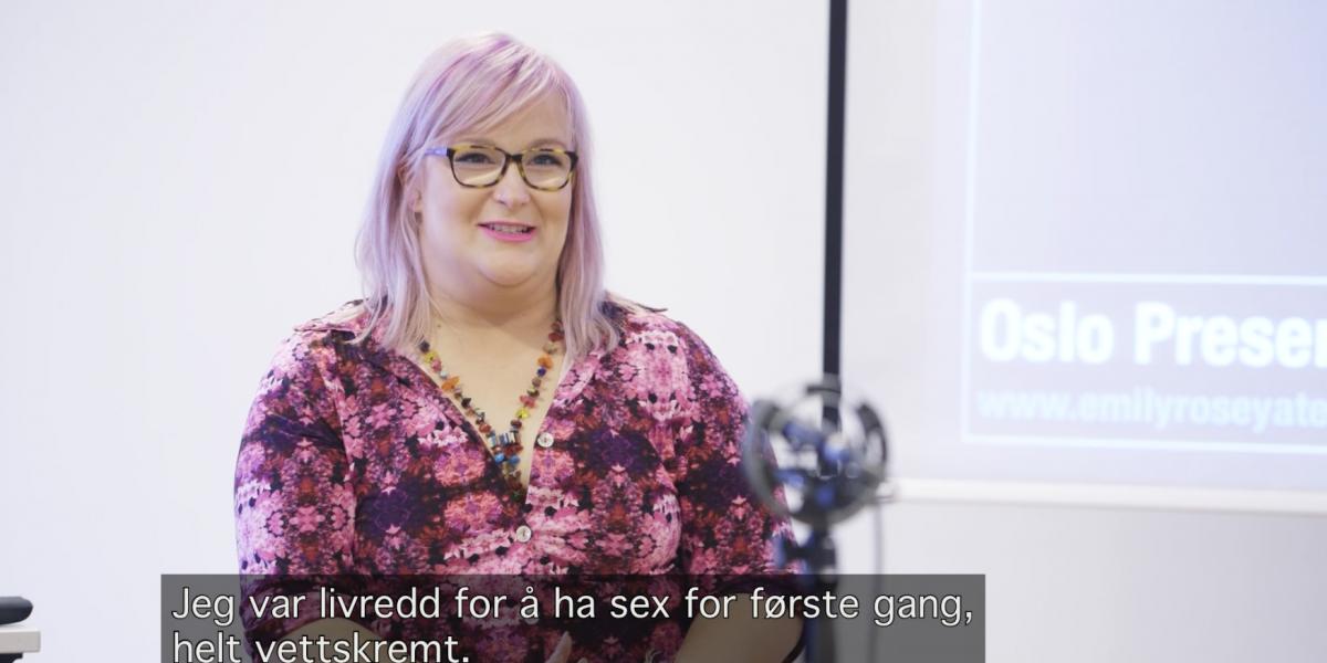 En kvinne holder foredrag om seksualitet. Foto.
