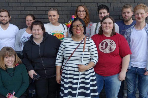 Deltakerne i Unge funksjonshemmedes Ildsjelprogram står sammen i en gruppe og smiler til kamera. Foto.