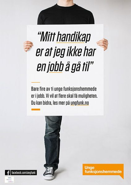 """En person med amputert fot holder en plakat, med teksten """"Mitt handicap er at jeg ikke har noen jobb å gå til. Bare fire av ti unge funksjonshemmede er i jobb. Vi vil at flere skal få sjansen. Du kan bidra, les mer på ungfunk.no. Foto med grafikk."""