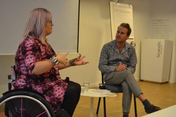 En kvinne og en mann i samtale. Foto.