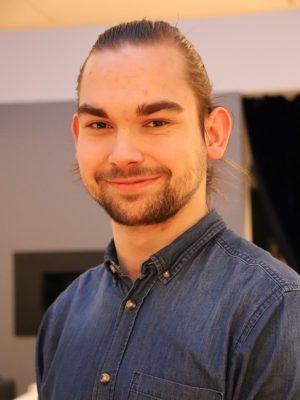 En mann smiler til kamera. Foto.