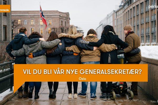 Åtte personer står med ryggen til kamera med armene rundt hverandres skuldre. Det er styret i Unge funksjonshemmede. På bildet står teksten «Vil du bli vår nye generalsekretær?». Foto.