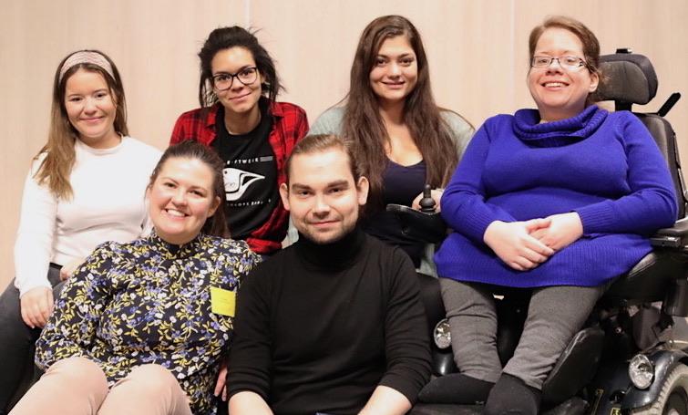 En gruppe personer smiler til kamera. Foto.