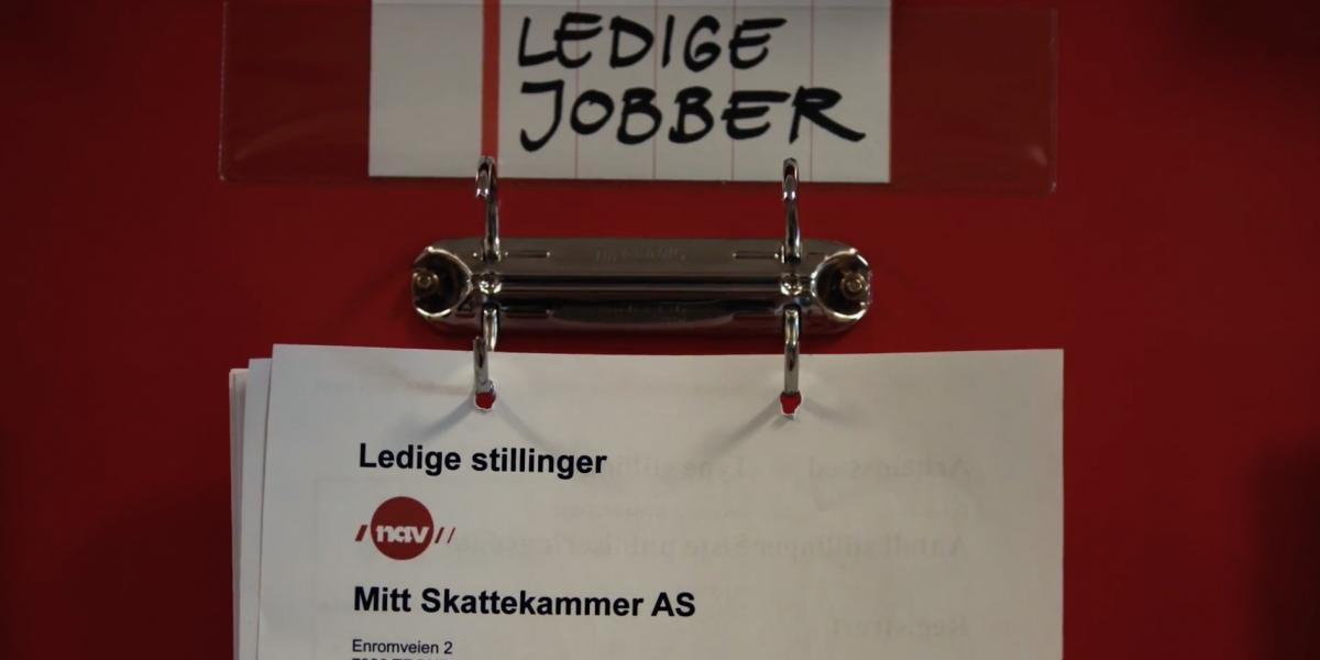 """En lapp der det står """"Ledige jobber"""" henger på en vegg. Foto."""