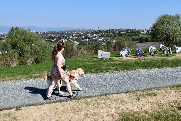 Nora går tur med Mikki