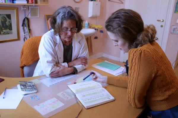 Bilde av en lege og kvinne på kontor