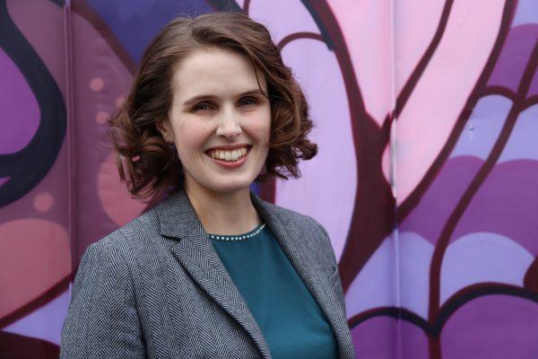 Bilde av kvinne med fargerik bakgrunn