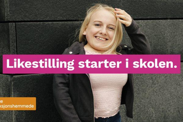 """Bilde av en kvinne som smiler mot kamera. Midt i bildet er et grafisk element med teksten """"Likestilling starter i skolen."""""""