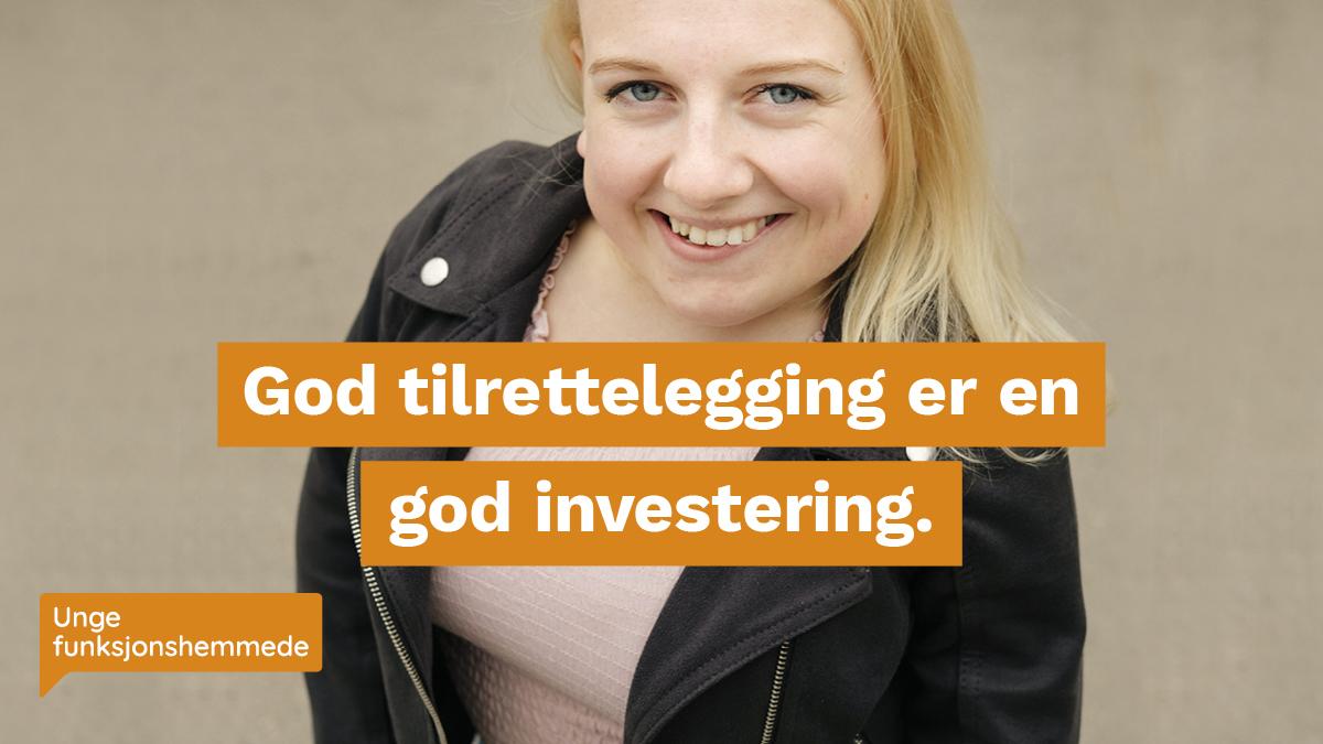 """Bilde ovenfra av en kvinne som smiler inn i kamera. Midt i bildet er et grafisk element med teksten """"God tilrettelegging er en god investering."""""""