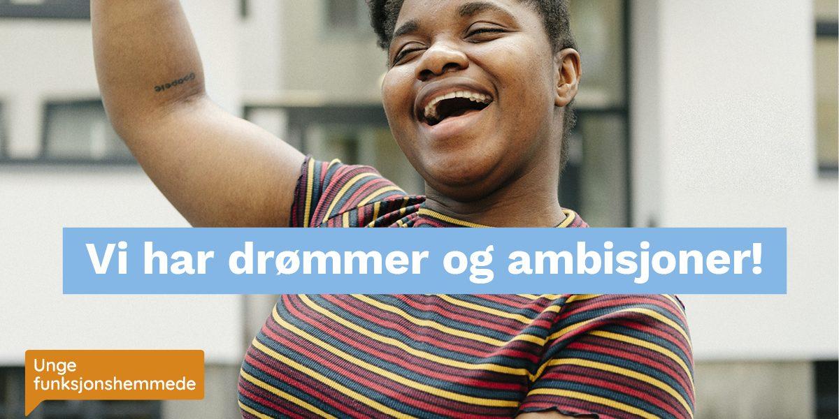 """Bilde av kvinne i rullestol som ser glad ut. Midt i bildet er et grafisk element med teksten """"Vi har drømmer og ambisjoner!"""""""