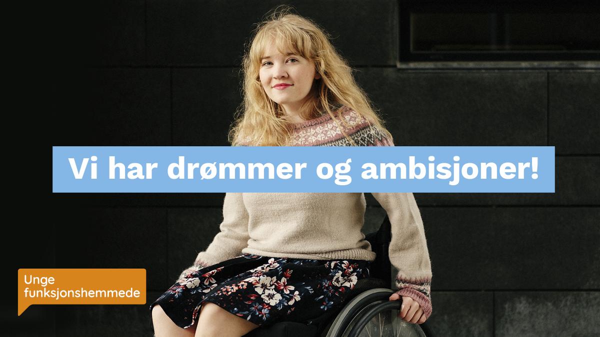 Bilde av unge dame i rullestol mot en mørk bakgrunn