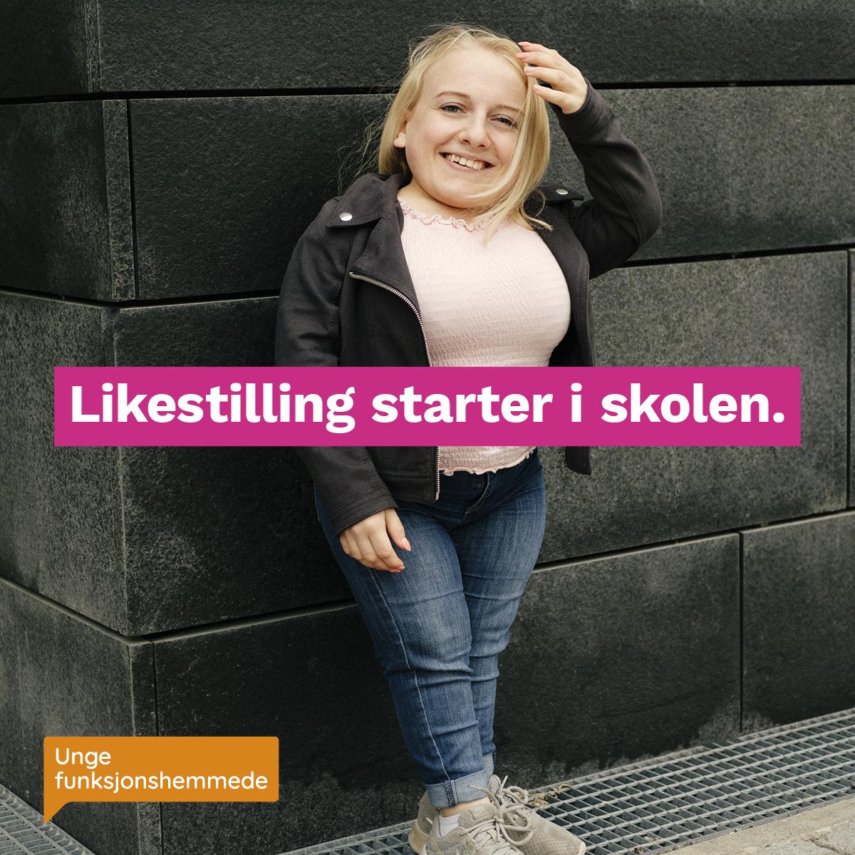 """En kvinne smiler mot kamera, og lener seg mot en bygning. Midt i bildet står teksten """"Likestilling starter i skolen"""". I hjørnet synes Unge funksjonshemmedes logo."""