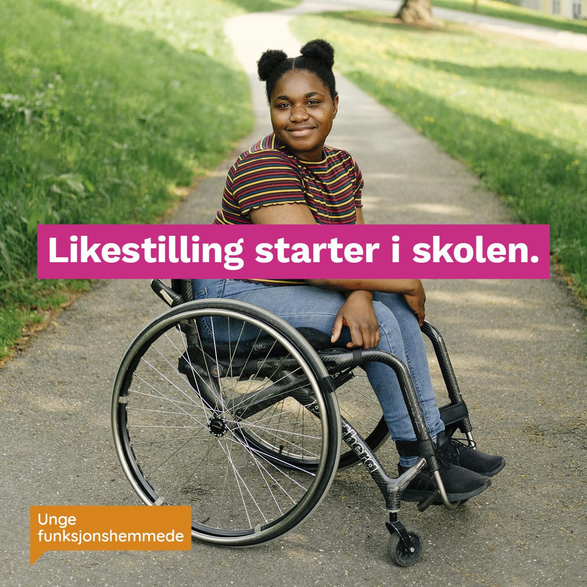 """En kvinne i rullestol smiler mot kamera, men en gressplen bak. Midt i bildet står teksten """"Likestilling starter i skolen"""". I hjørnet synes Unge funksjonshemmedes logo."""