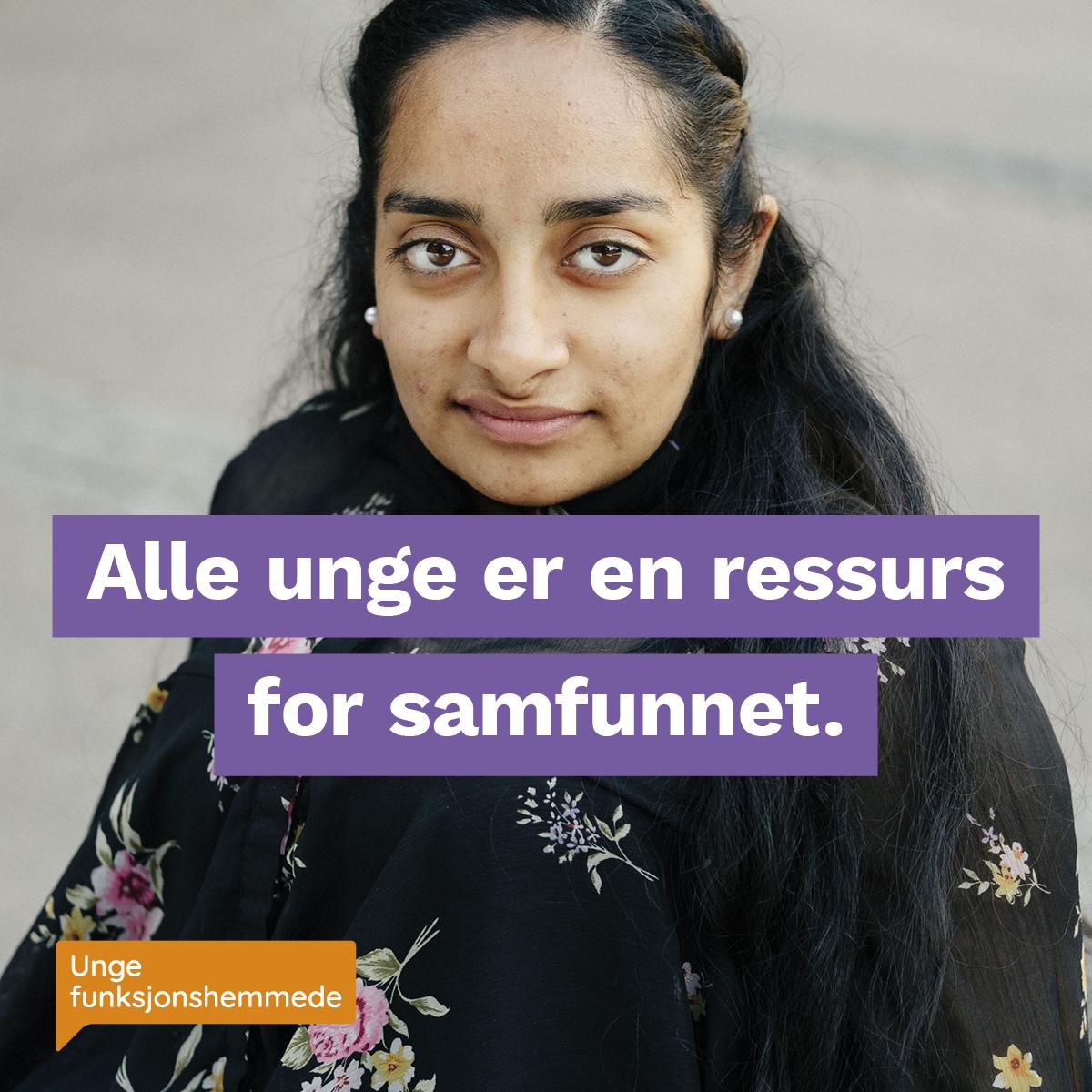 """Et nærbilde av en kvinne som ser inn i kamera. Midt i bildet står teksten """"Alle unge er en ressurs for samfunnet"""". I hjørnet synes Unge funksjonshemmedes logo."""