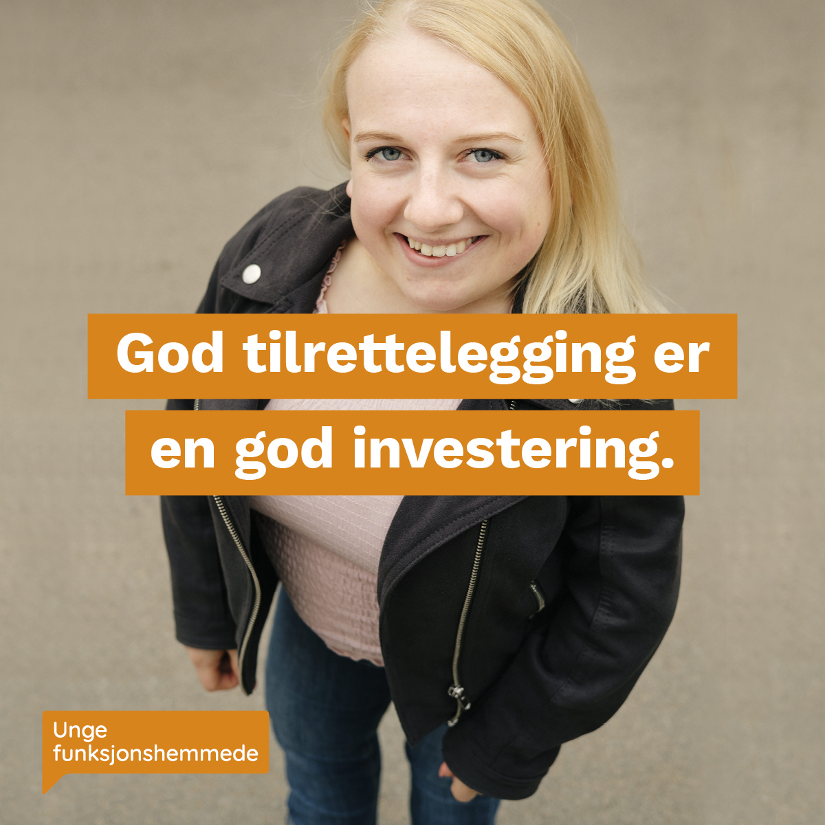 """Et nærbilde av en kvinne som smiler mot kamera. Midt i bildet står teksten """"God tilrettelegging er en god investering"""". I hjørnet synes Unge funksjonshemmedes logo."""