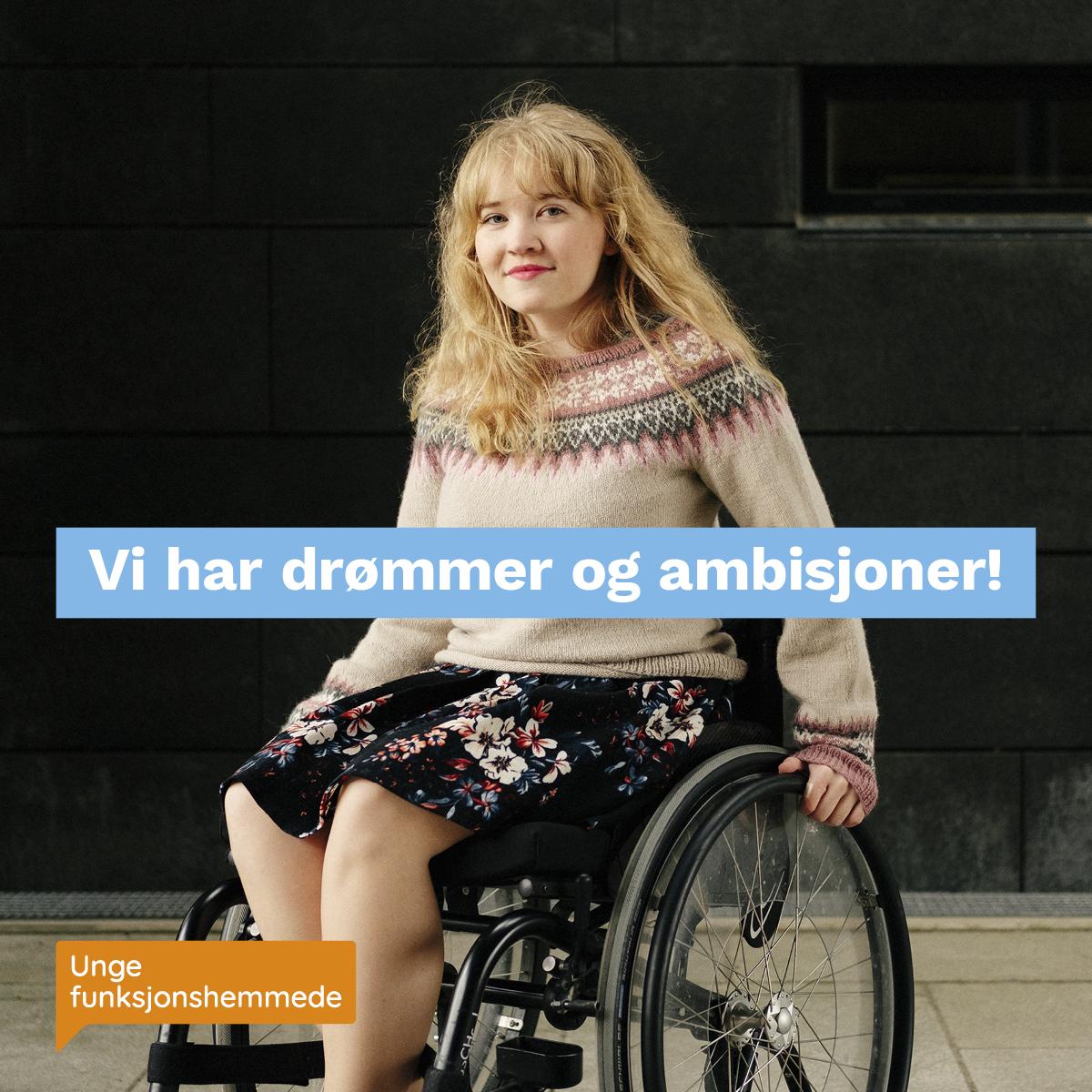 """En kvinne i rullestol ser inn i kamera. Midt i bildet står teksten """"Vi har drømmer og ambisjoner!"""". I hjørnet synes Unge funksjonshemmedes logo."""