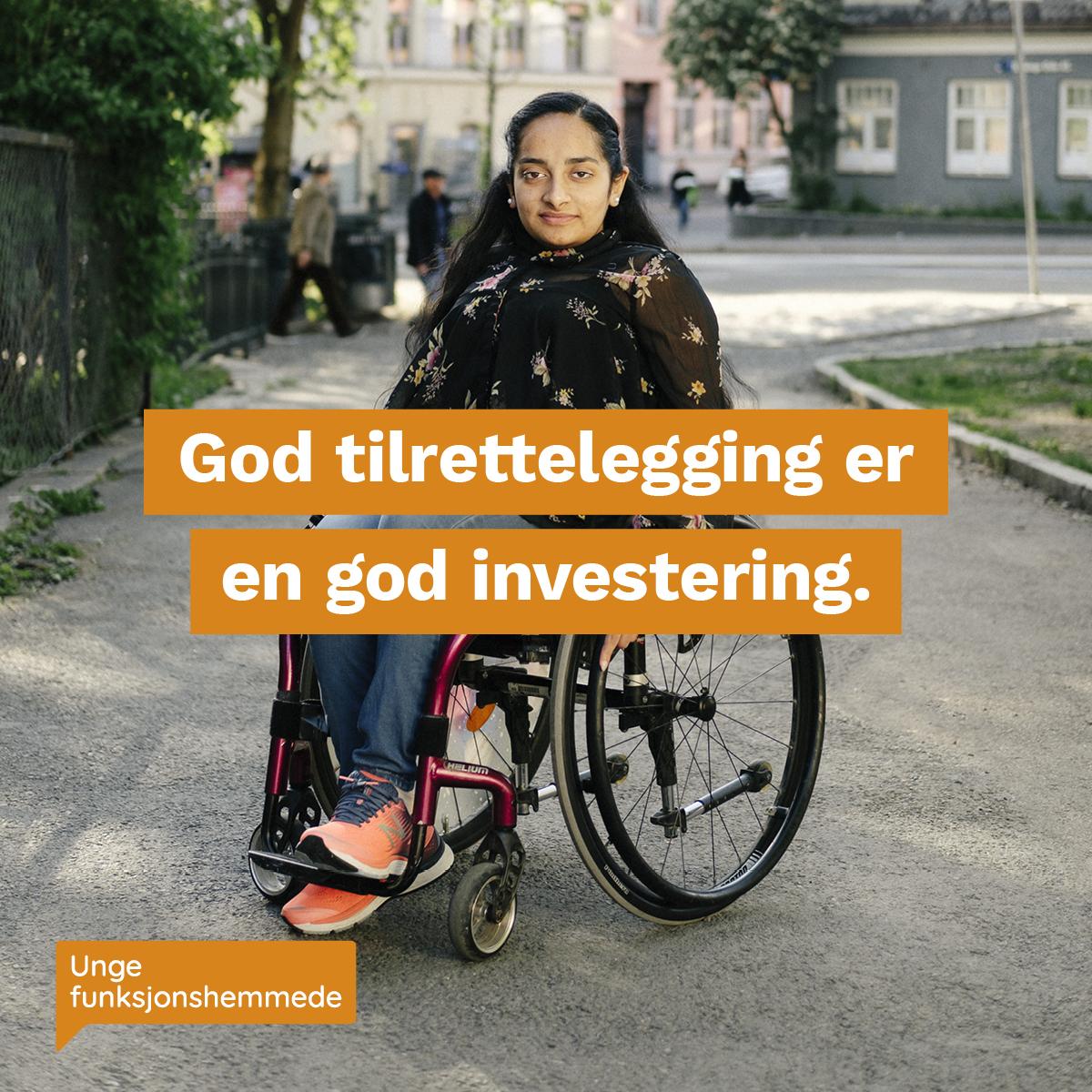 """En kvinne i rullestol ser mot kamera. I midten av bildet står teksten """"God tilrettelegging er en god investering"""". Nederst i venstre hjørnet er Unge funksjonshemmedes logo."""