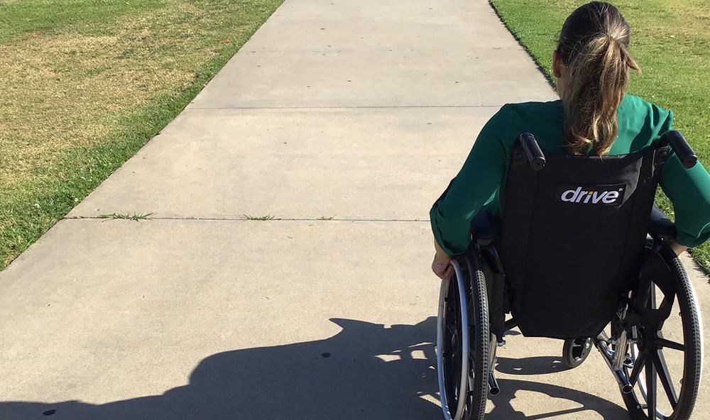 En ung kvinne i rullestol