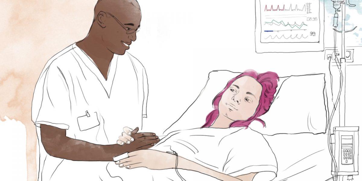 En sykepleier snakker til en ung kvinne som ligger i en sykeseng