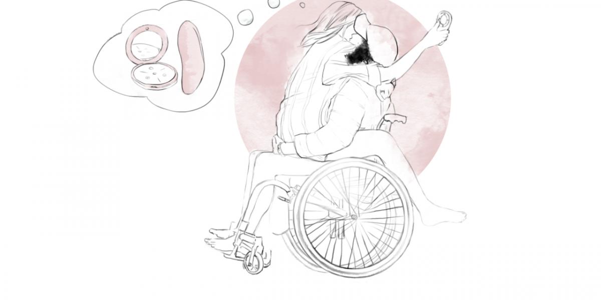 En ung kvinne i rullestol har en annen sittende på fanget mens de bruker en trusevibrator
