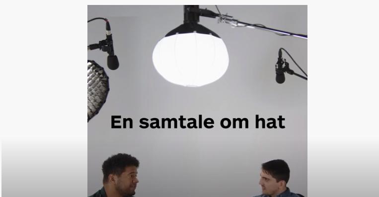 To men i et studio hvor det står «En samtale om hat».