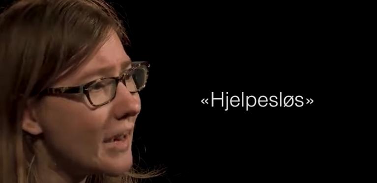 """Det står """"Hjelpesløs"""" ved siden av en kvinne"""