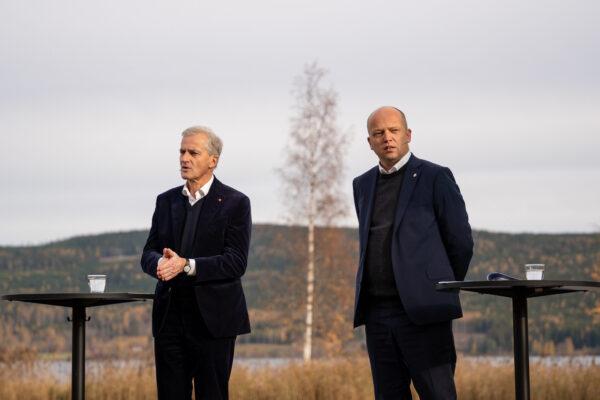 To politikere på en scene foran Hurdalsjøen